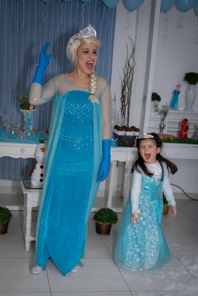 a elsa canta com a aniversariante no show da frozen no buffet feliz da vida, butantã,sp