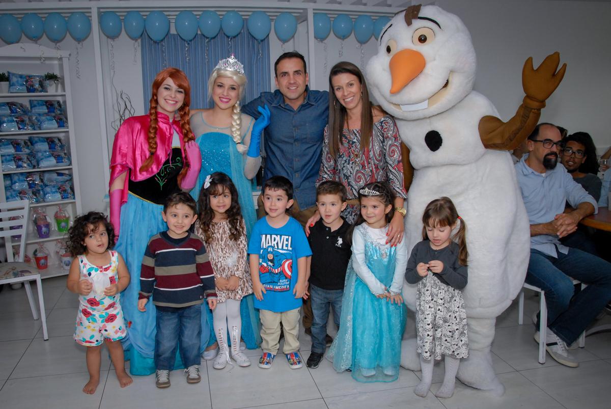 foto com todas as crianças e os artistas do show da frozen no buffet feliz da vida, butantã,sp