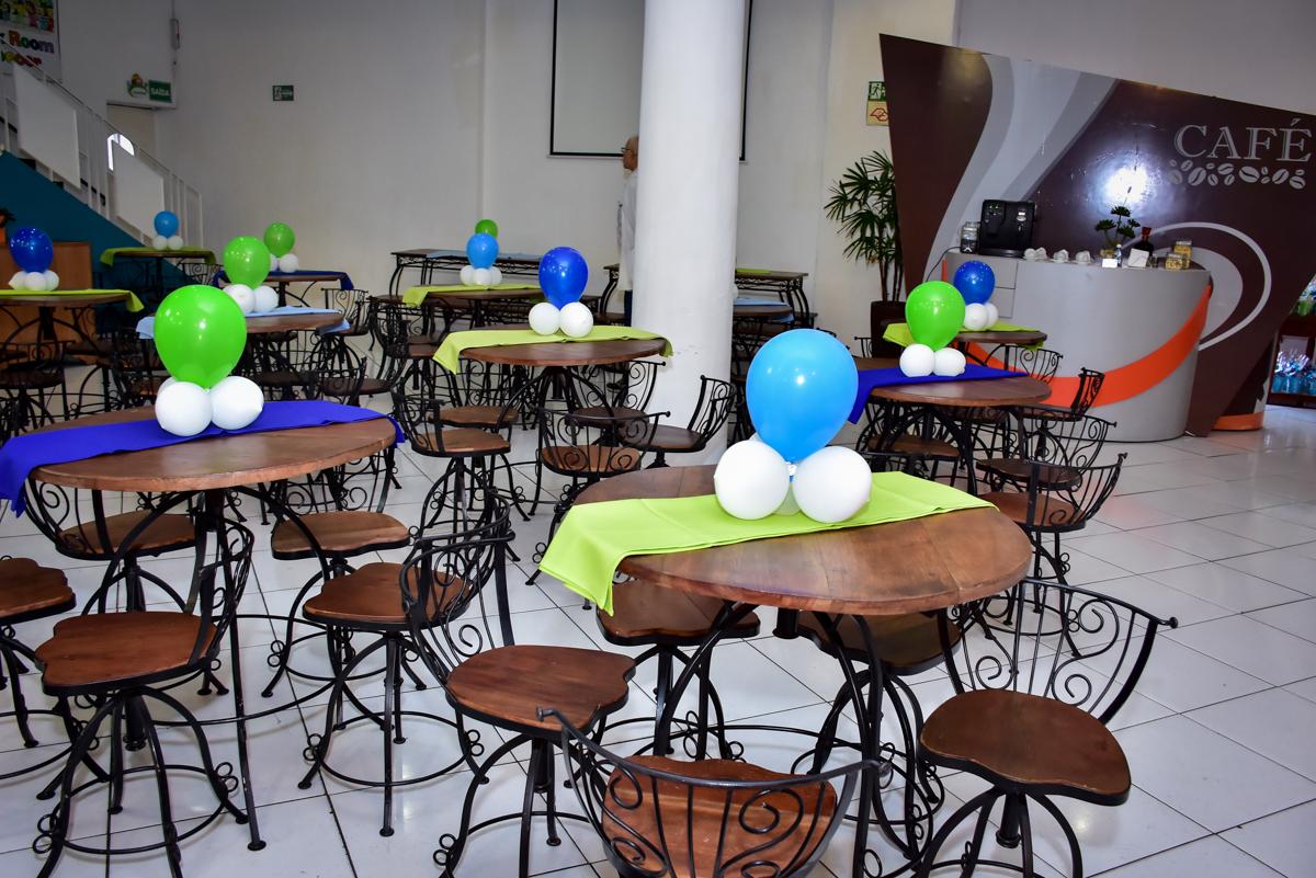 mesa decorada com bexiga no buffet fábrica da alegria morumbi,são paulo