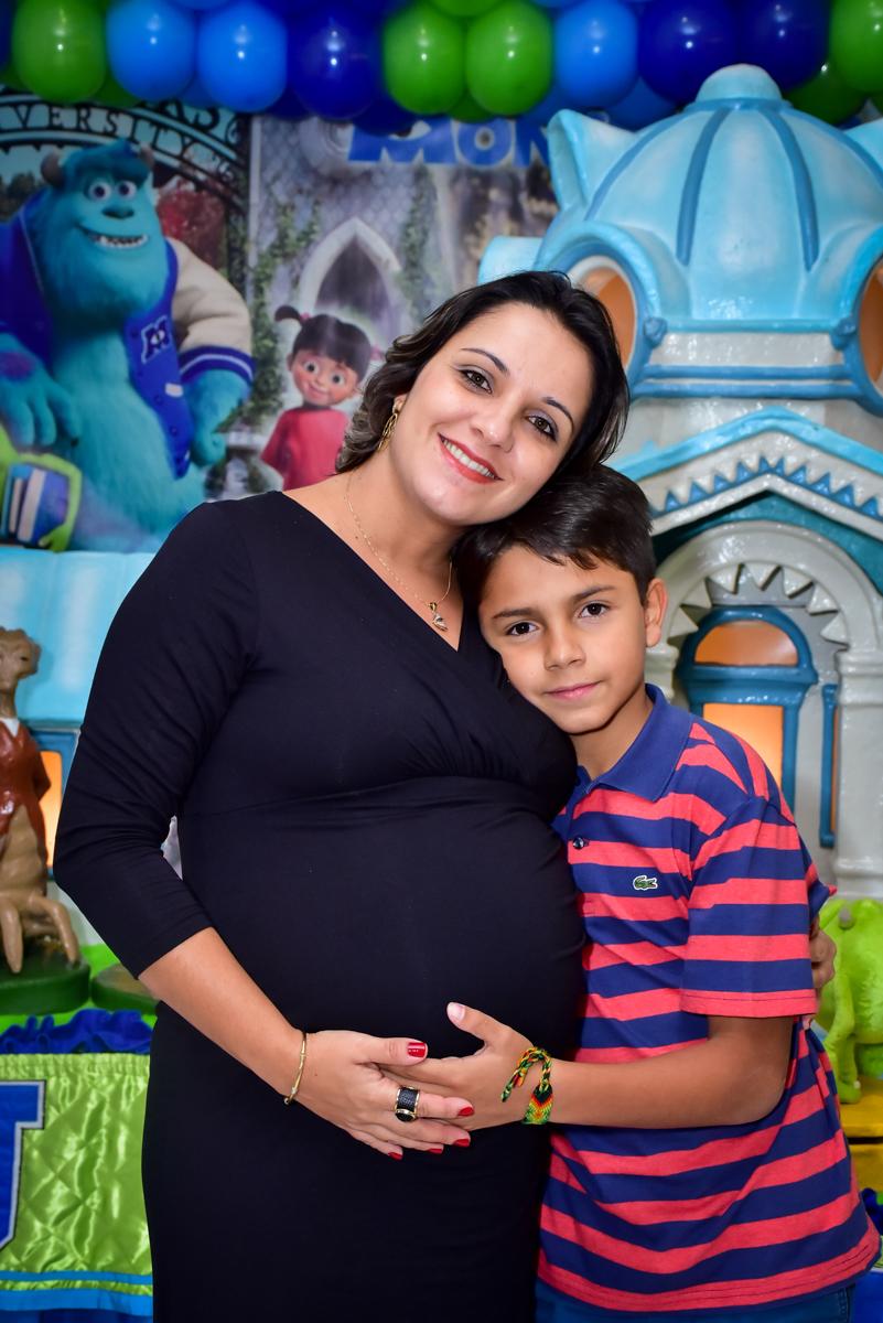foto do aniversário do aniversariante com sua mãe na mesa decorada monstros s/a no buffet fábrica da alegria morumbi,são paulo