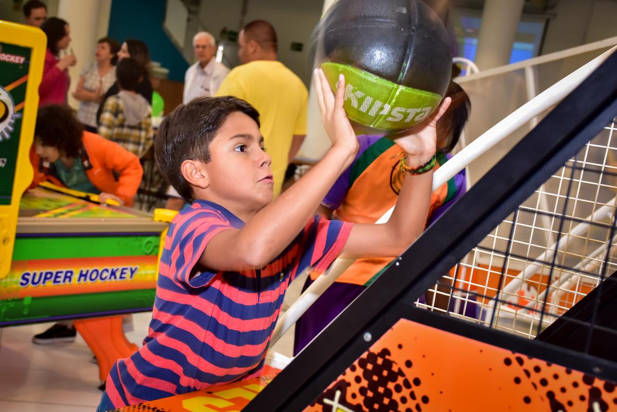 o aniversariante joga basquete no buffet fábrica da alegria morumbi,são paulo