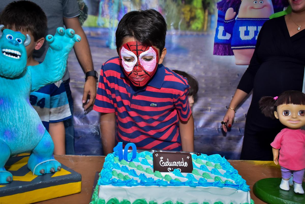 assoprando a velinha do bolo de aniversário no buffet fábrica da alegria morumbi,são paulo