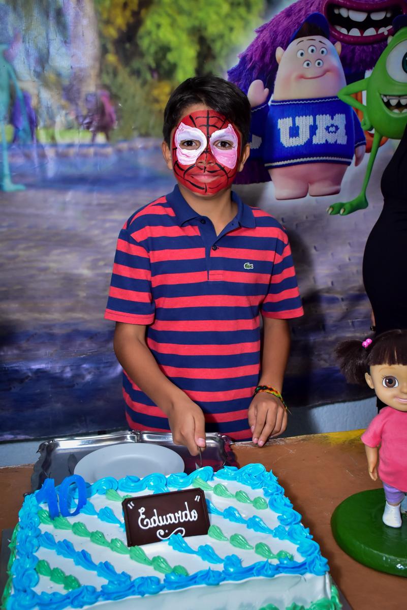 cortando o bolo de aniversário tema monstros s/a no buffet fábrica da alegria morumbi,são paulo