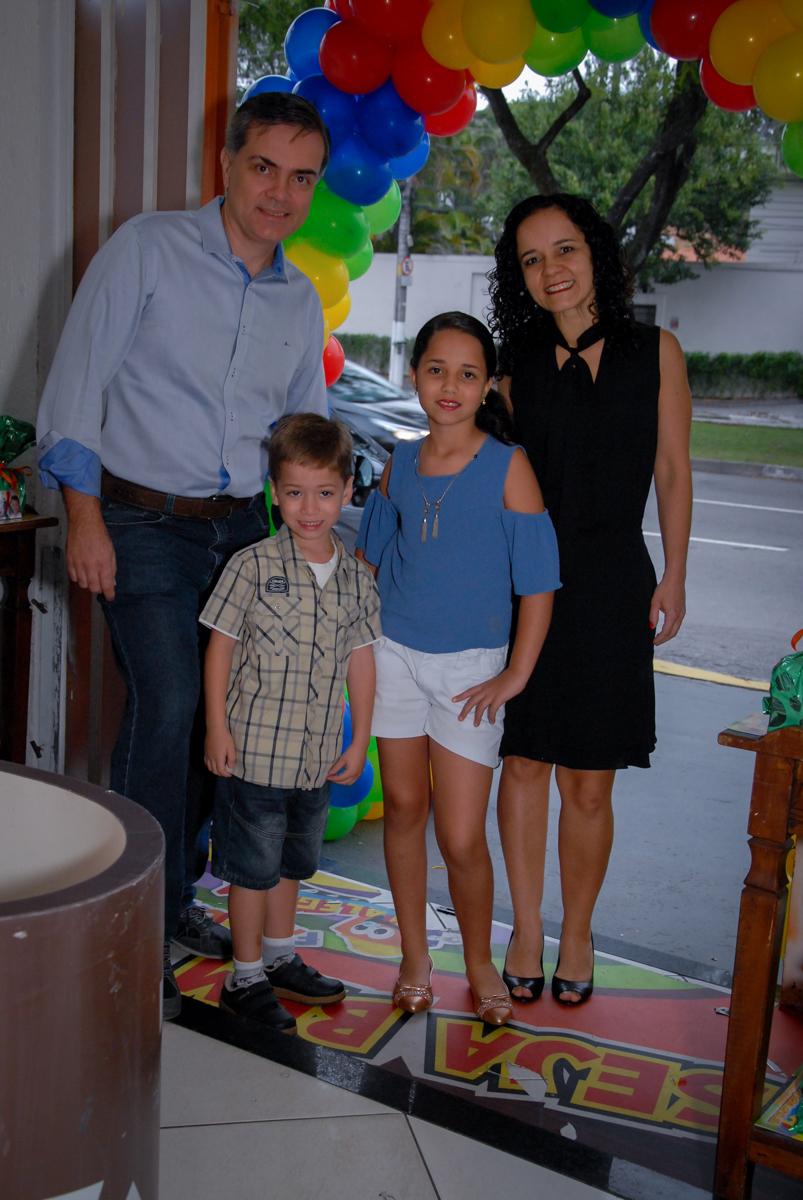 entrada da família para festa de aniversário do leonardo no Buffet Fábrica da Alegria, Morumbi, São Paulo