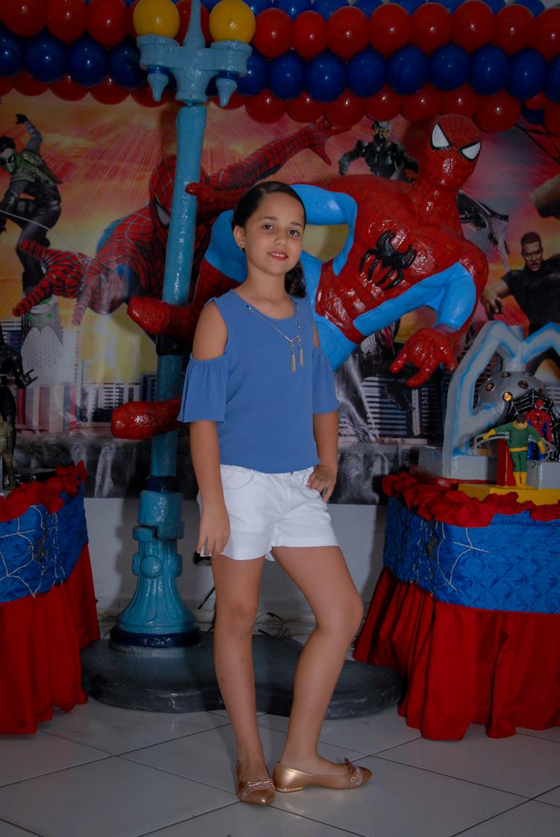 foto da irmã do aniversariante na mesa decorada homem aranha noBuffet Fábrica da Alegria, Morumbi, São Paulo
