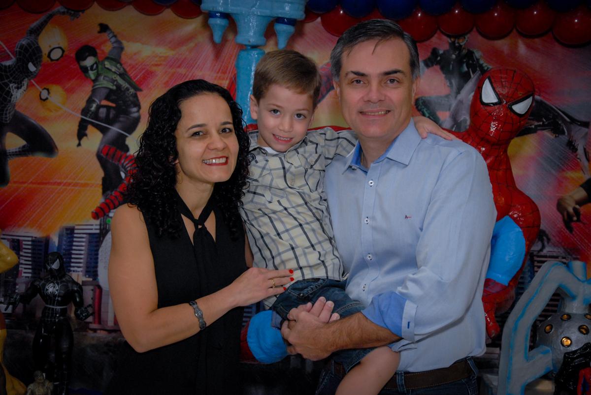 foto do aniversariante com seus pais na mesa decorada homem aranha no Buffet Fábrica da Alegria, Morumbi, São Paulo