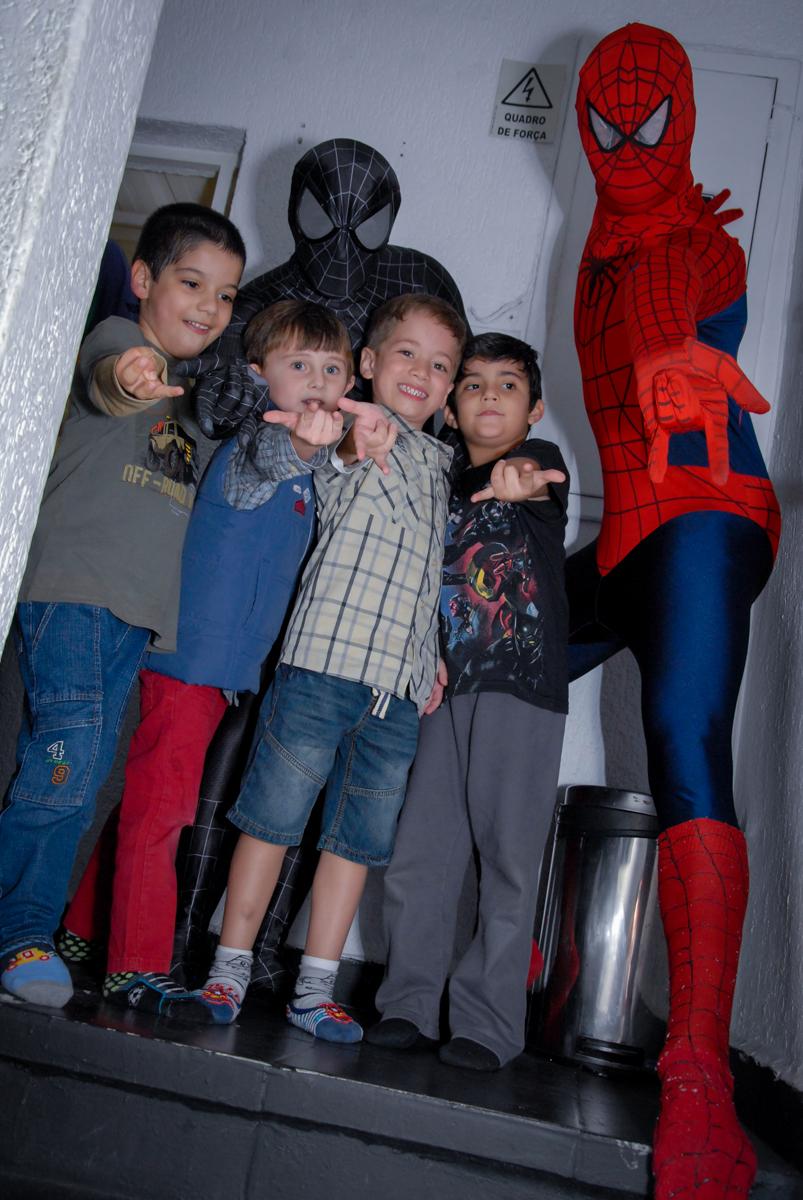 bagunça das crianças com o personagem homem aranha no Buffet Fábrica da Alegria, Morumbi, São Paulo