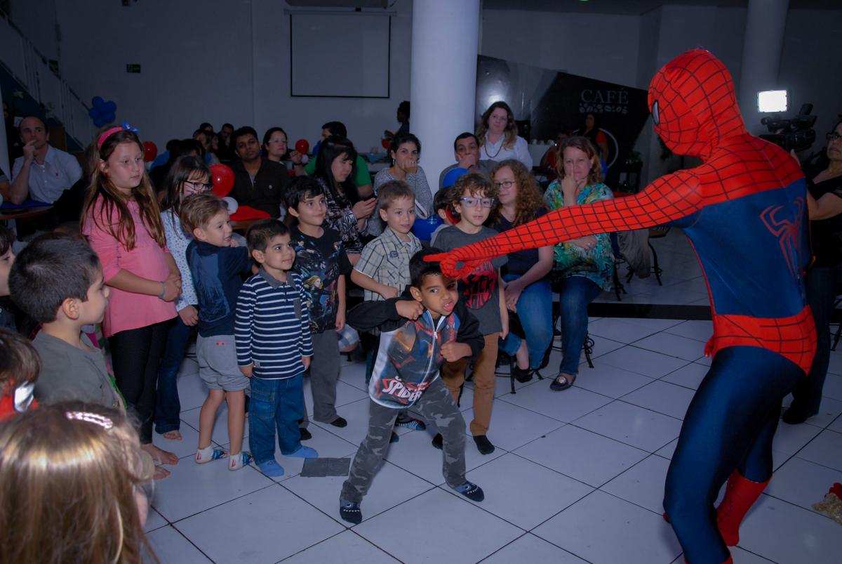 a criançada delira com o show do homem aranha no Buffet Fábrica da Alegria, Morumbi, São Paulo