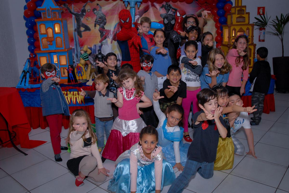 todas as crianças posam para foto com o homem aranha no Buffet Fábrica da Alegria, Morumbi, São Paulo