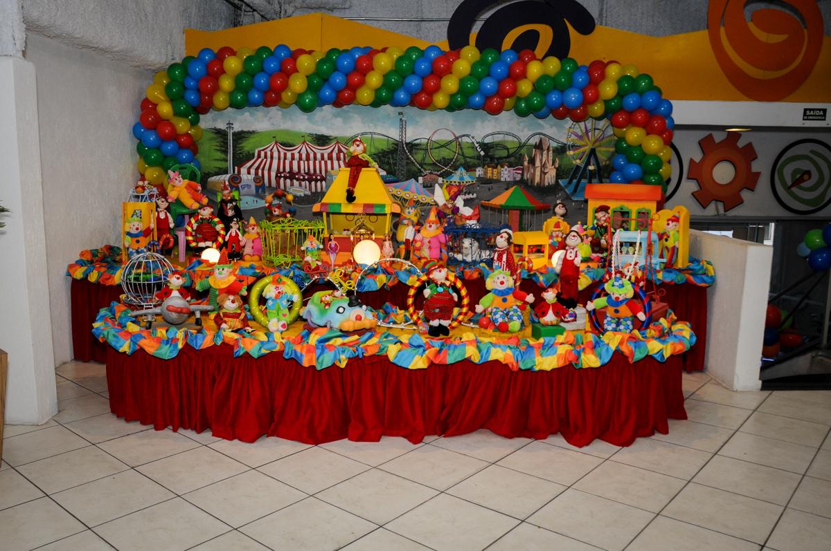 mesa decorada do circo no buffet fábrica da alegria, osasco, sp