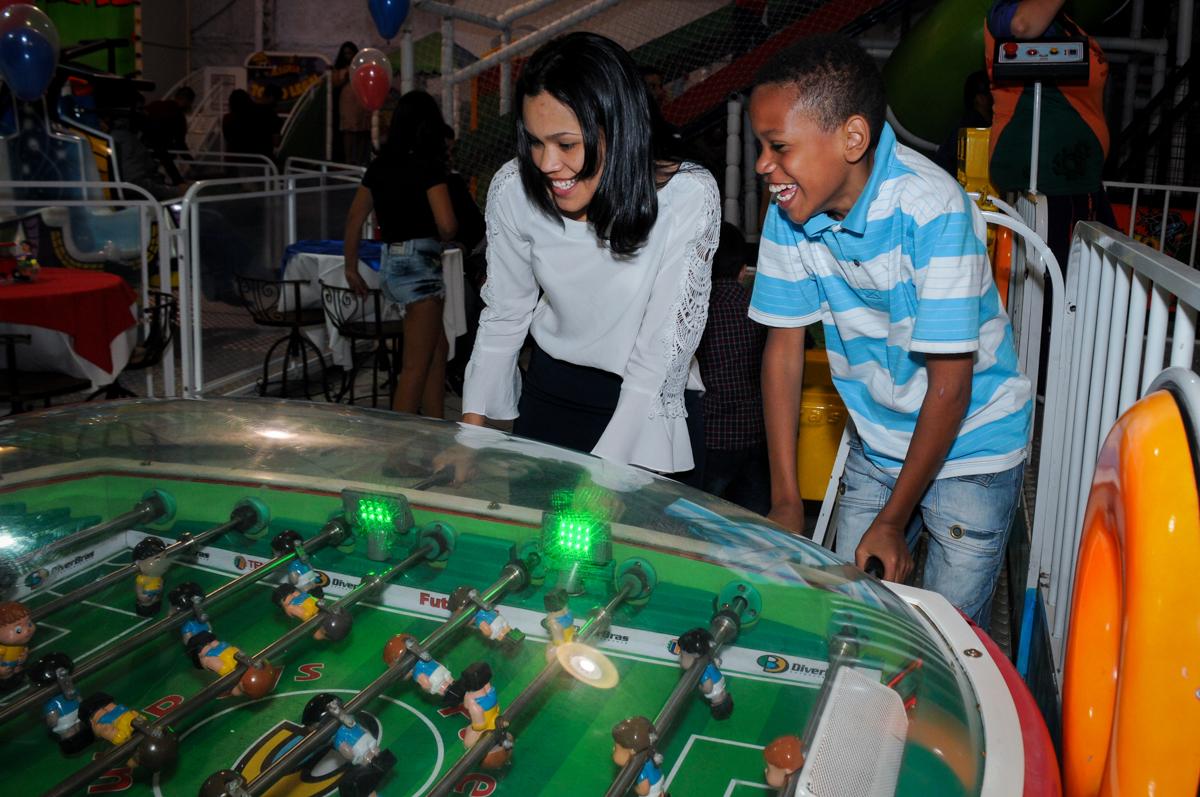 jogo de futebol divertido no buffet fábrica da alegria, osasco, sp