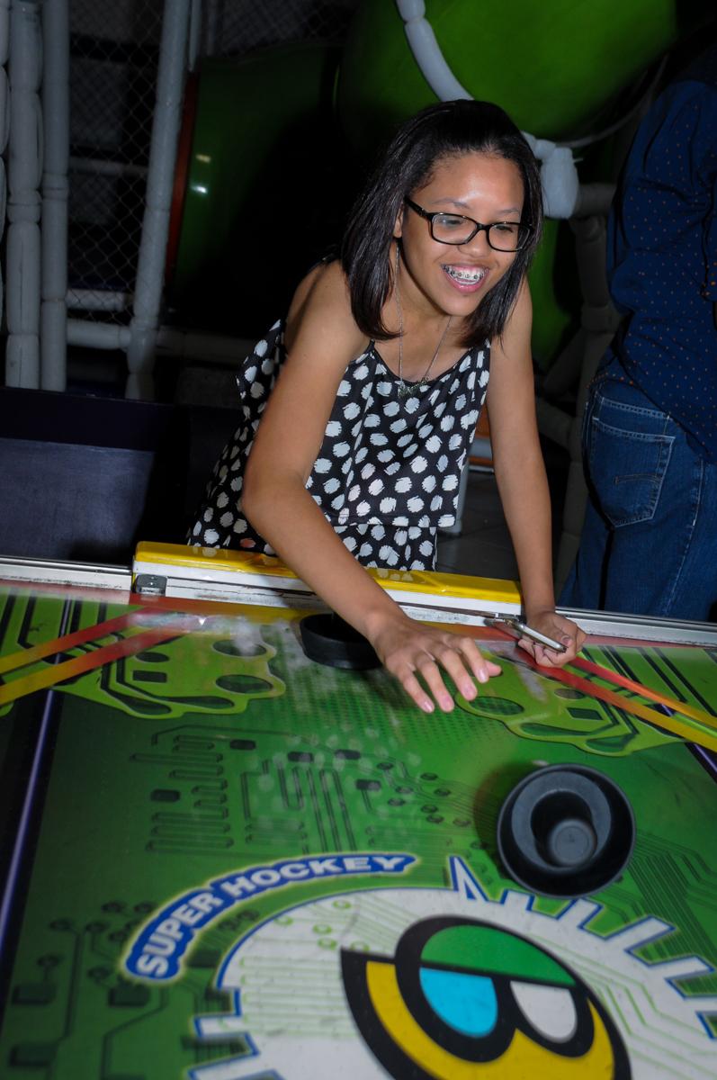 convidados brincam com o jogo com disco no buffet fábrica da alegria, osasco, sp
