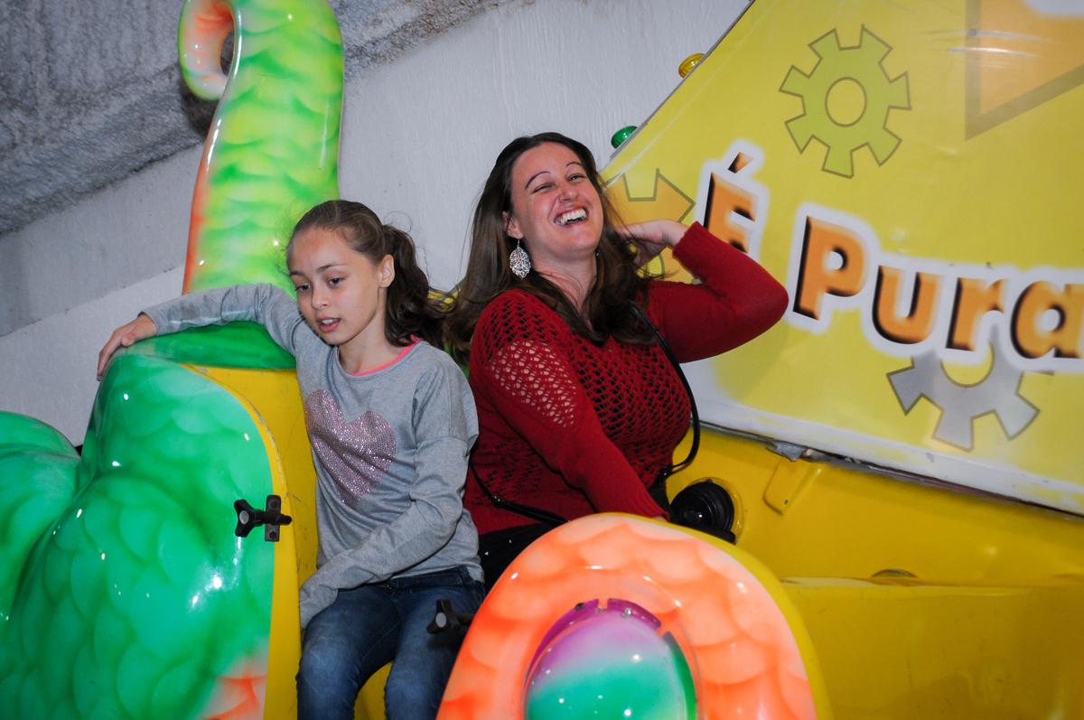 convidados também aproveitam os brinquedos no buffet fábrica da alegria, osasco, sp