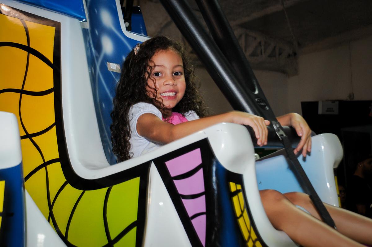 as crianças também brincam no elevador no buffet fábrica da alegria, osasco, sp