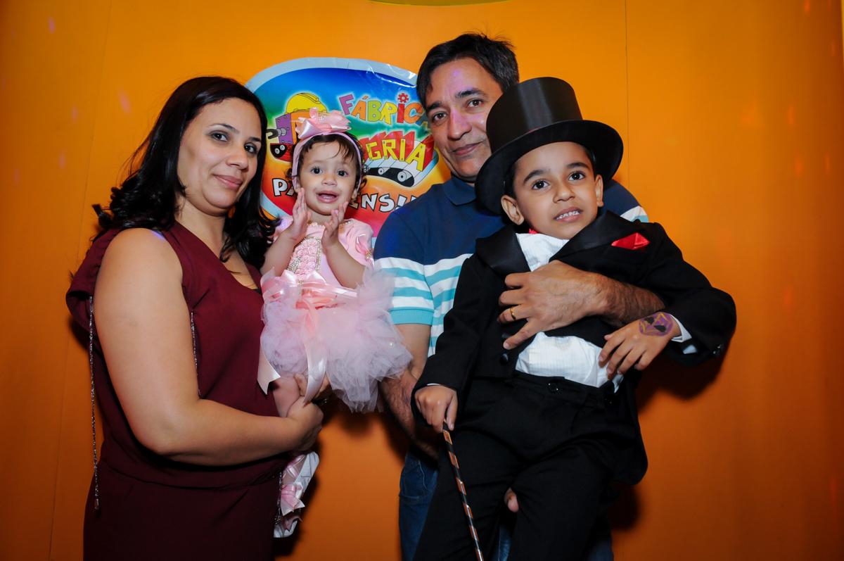 A família aguarda na máquina do parabéns no buffet fábrica da alegria, osasco, sp
