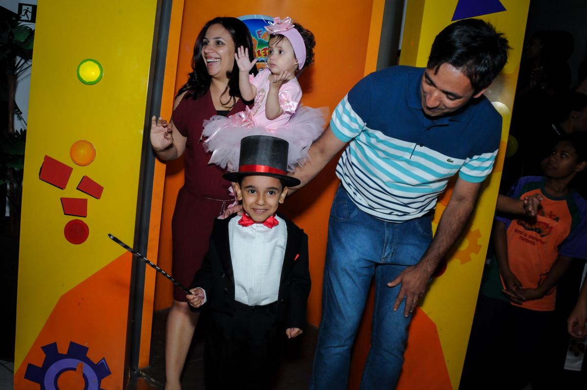 saída da família da máqwuina do parabéns no buffet fábrica da alegria, osasco, sp
