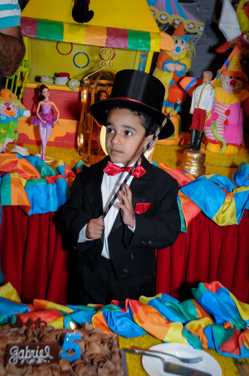 o aniversariante vestido de mágico aproveita para fazer mágica no buffet fábrica da alegria, osasco, sp