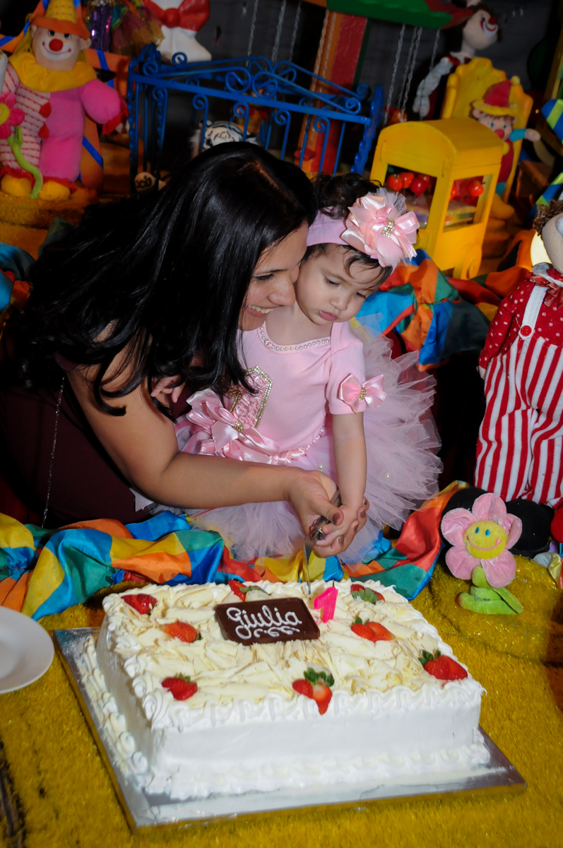 giulia corta o bolo de aniversário no buffet fábrica da alegria, osasco, sp