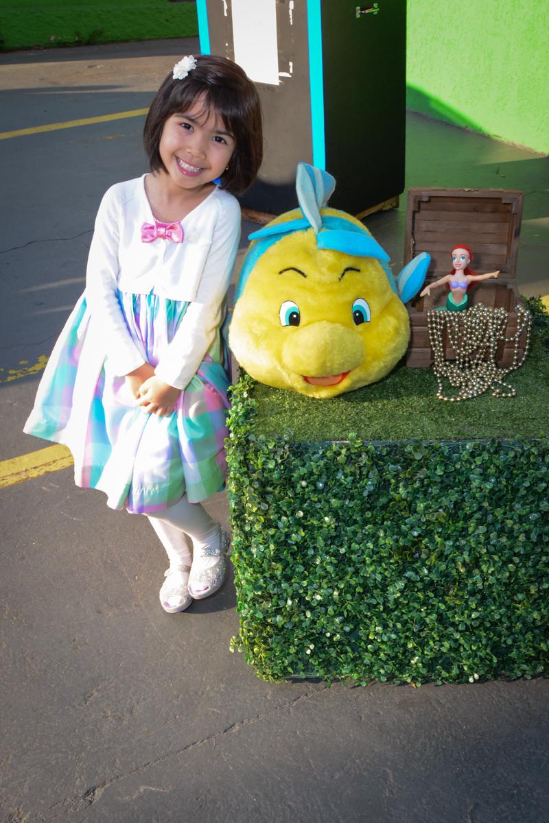 aniversariante sendo fotografada em frente ao Buffet Fábrica da Alegria, Morumbi, SP