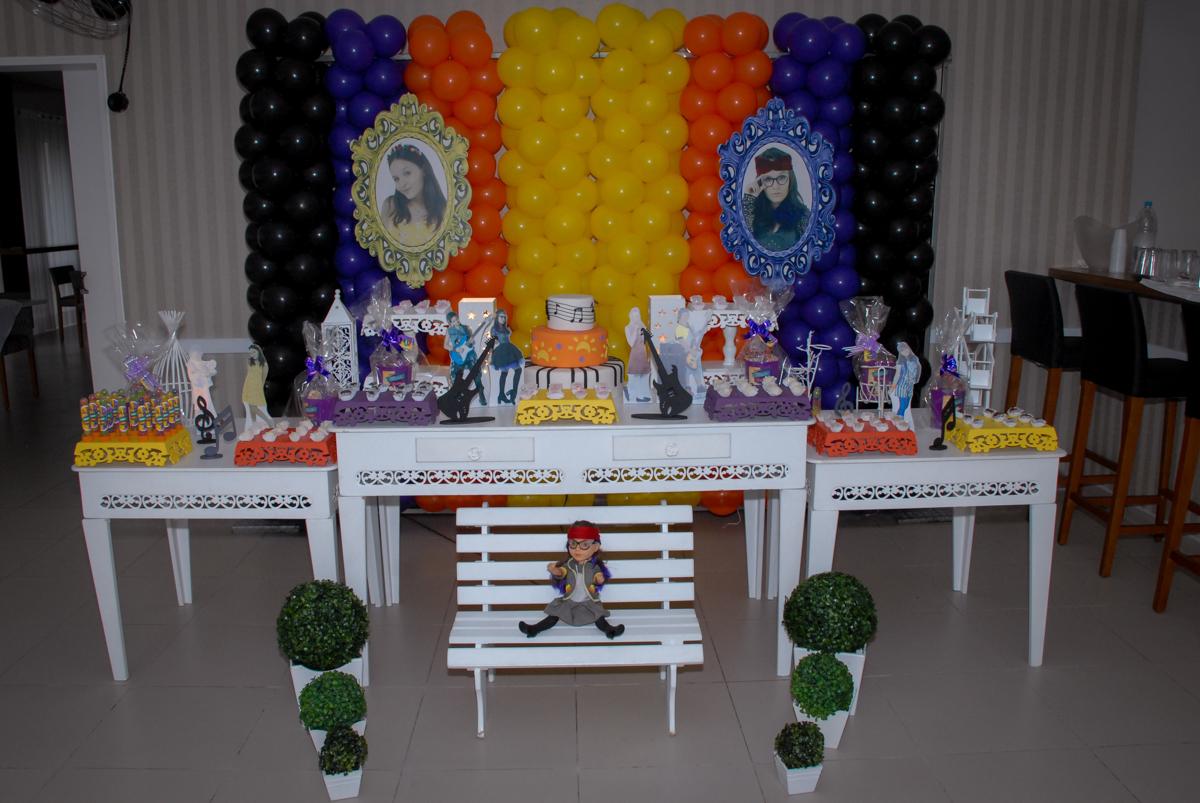 mesa decorada cúmplices de um resgate no Condomínio em Alphaville