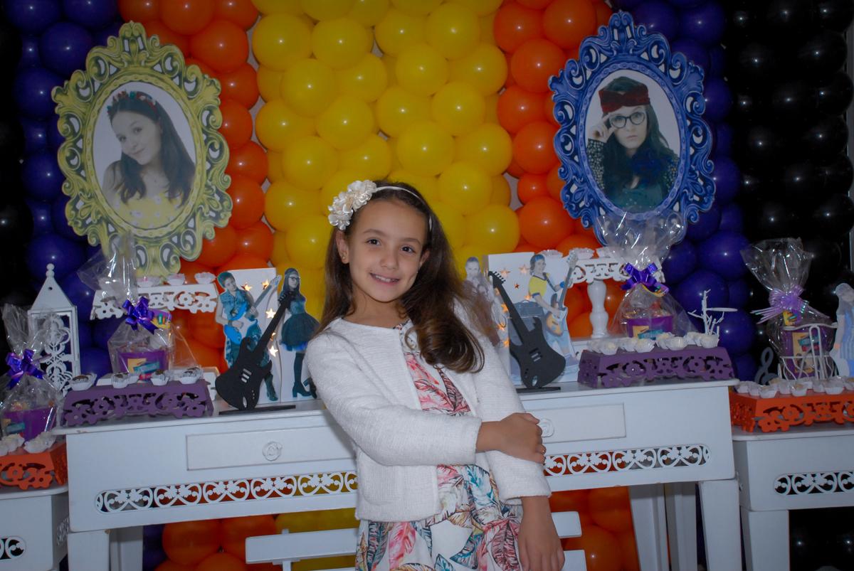foto da aniversariante em frente a mesa decorada cúmplice de um resgate Condomínio em Alphaville