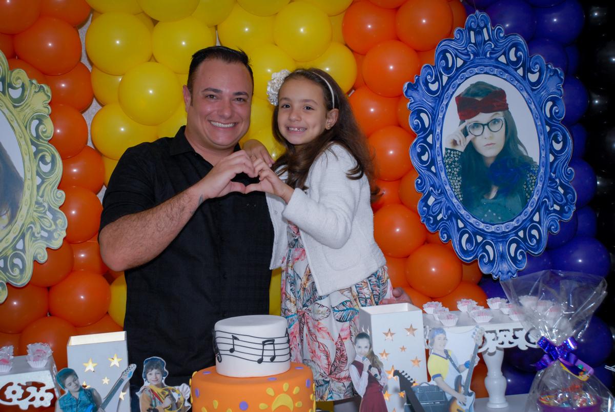 foto de Brenda e seu pai em frente a mesa decorada cúmplice de um resgate no Condomínio em Alphaville