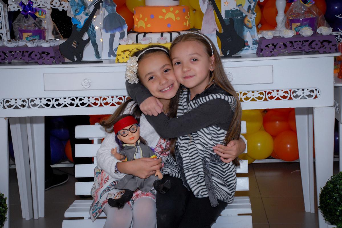 abraço carinhoso da amiga na festa da Brenda no Condomínio em Alphaville