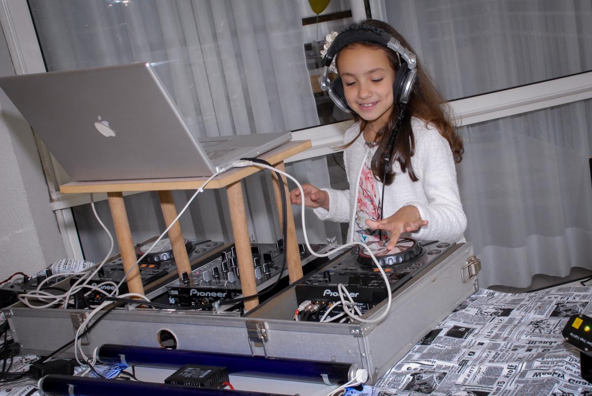 nossa aniversariante vira DJ em sua festa no Condomínio em Alphaville