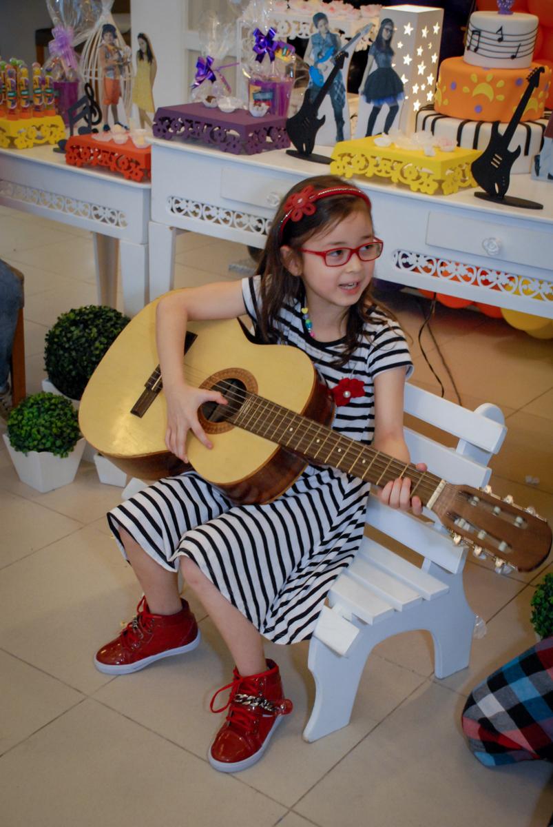 convidada toca violão no Condomínio em Alphaville