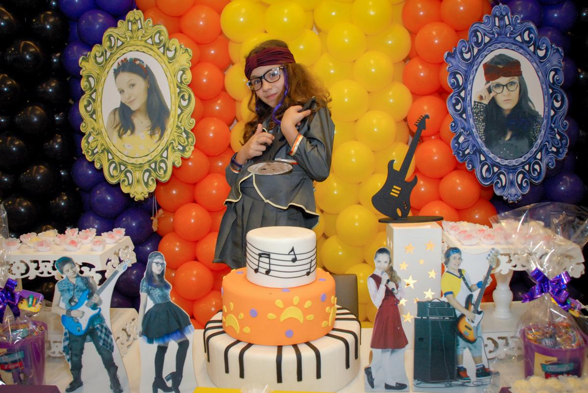 a aniversariante posa para foto na mesa decorada cúmplices de um resgate no Condomínio em Alphaville