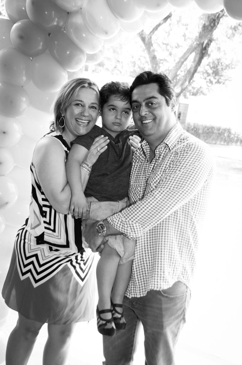 foto da família em baixo do arco de bexigas no Buffet Fábrica da Alegria Morumbi