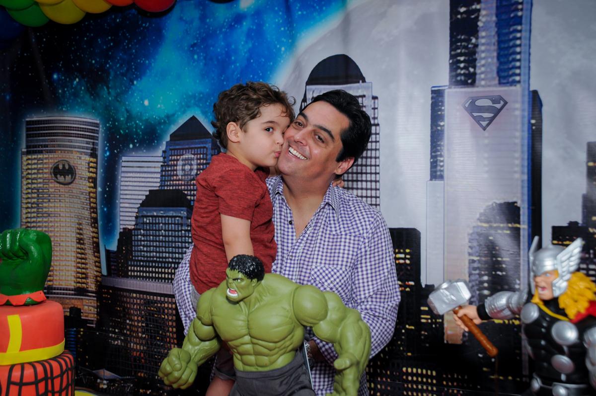 O aniversariante dando beijinho em seu pai no Buffet Fábrica da Alegria Morumbi
