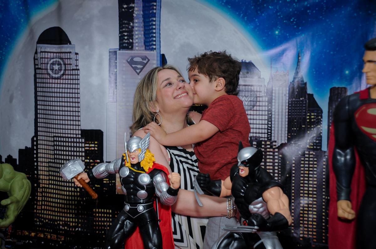 Enrico dando beijinho em sua mãe no Buffet Fábrica da Alegria Morumbi