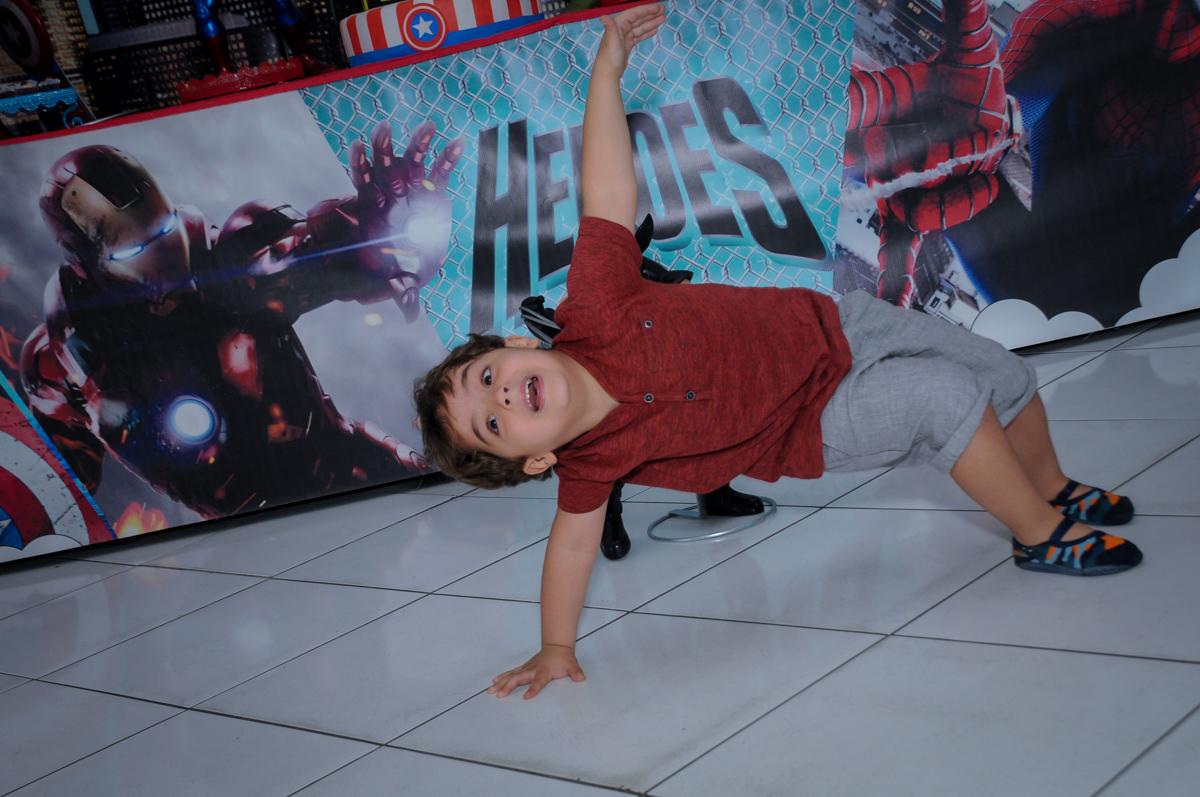 Enrico brincando em frente a mesa decorada super heróis no Buffet Fábrica da Alegria Morumbi