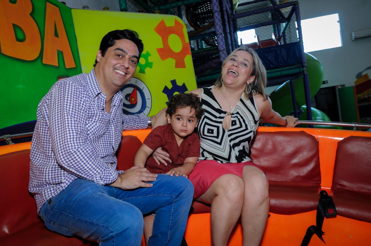 O aniversariante brincando com seus pais no labamba no Buffet Fábrica da Alegria Morumbi