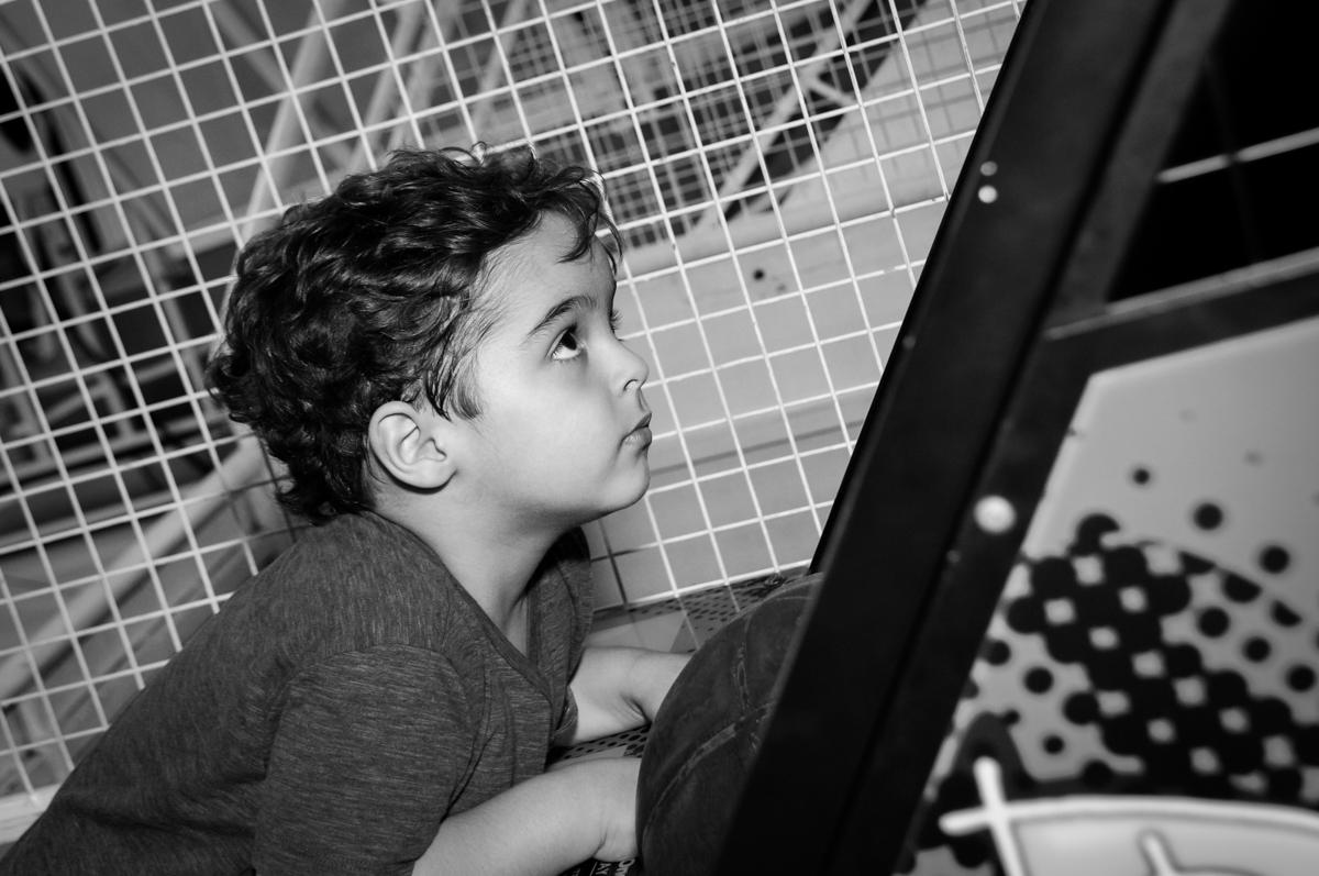 Enrico brincando no game no Buffet Fábrica da Alegria Morumbi