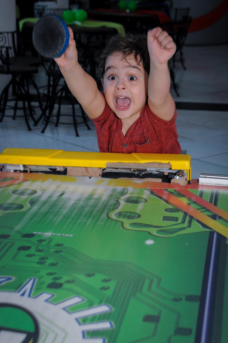 O aniversariante comemora gol no Buffet Fábrica da Alegria Morumbi