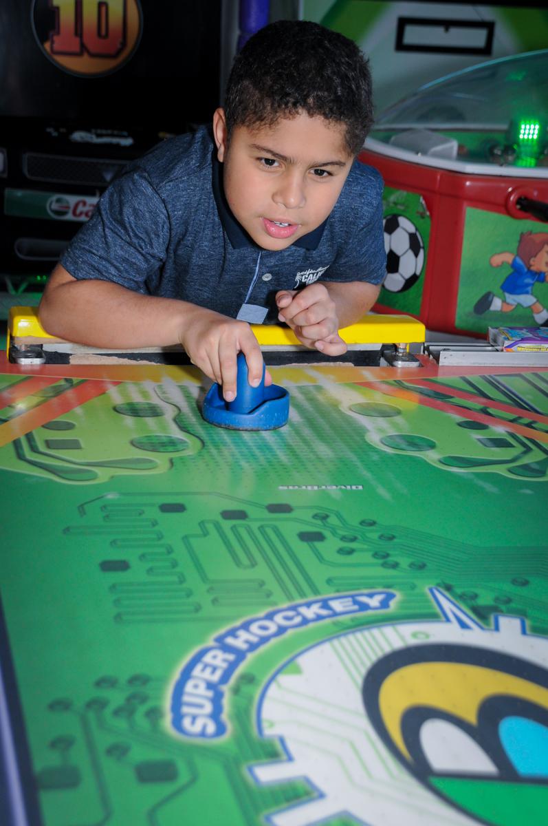 amiguinho do aniversariante jogando no futebol de mesa no Buffet Fábrica da Alegria Morumbi