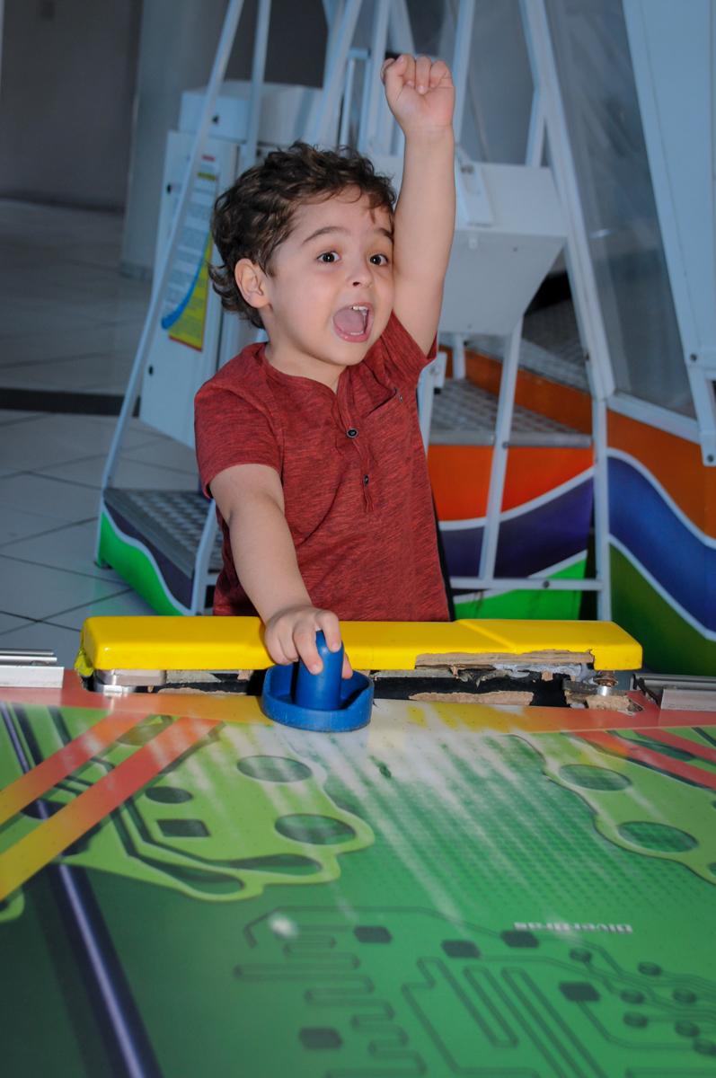 O aniversariante se diverte com o futebol de mesa no Buffet Fábrica da Alegria Morumbi