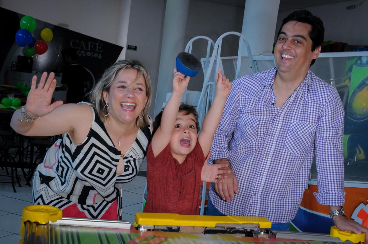 mais comemoração de gol de Enrico com seus pais no Buffet Fábrica da Alegria Morumbi