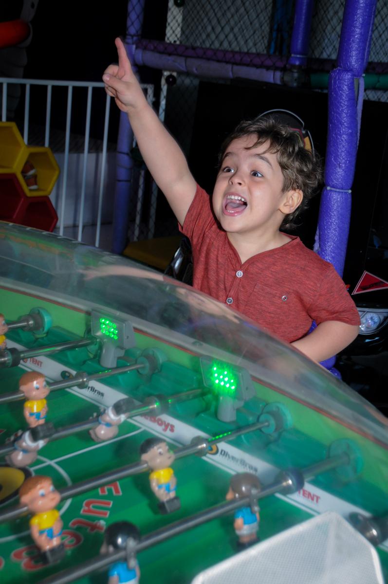 Enrico se diverte com os jogos no Buffet Fábrica da Alegria Morumbi