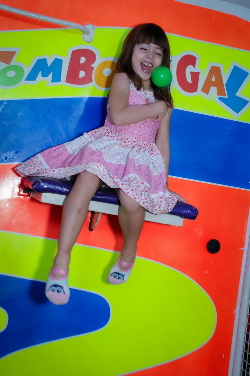 amiguinha do aniversariante brinca no tombo legal no Buffet Fábrica da Alegria Morumbi