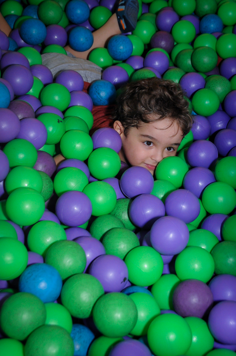 Enrico brinca na piscina de bolinha no Buffet Fábrica da Alegria Morumbi