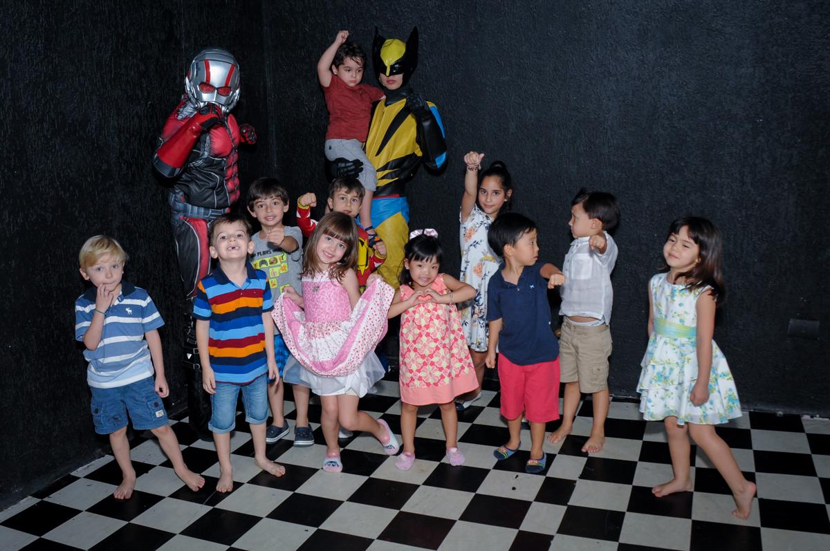 As crianças brincam na baladinha da festa do Enrico no Buffet Fábrica da Alegria Morumbi