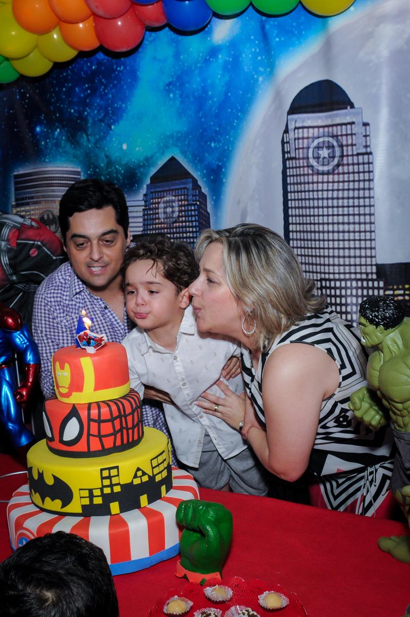 Assoprando a velinha do bolo de aniversário no Buffet Fábrica da Alegria Morumbi