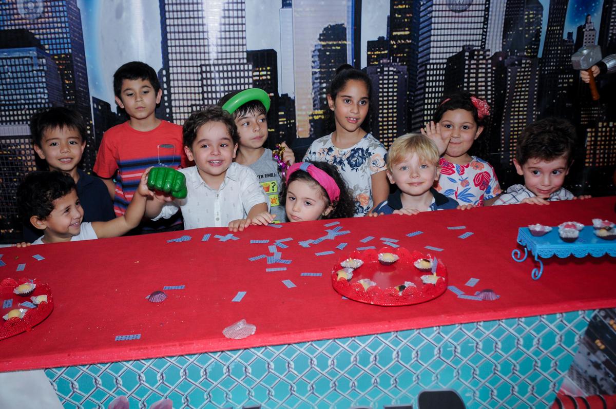 As crianças reunidas esperando pelo pedaço de bolo no Buffet Fábrica da Alegria Morumbi