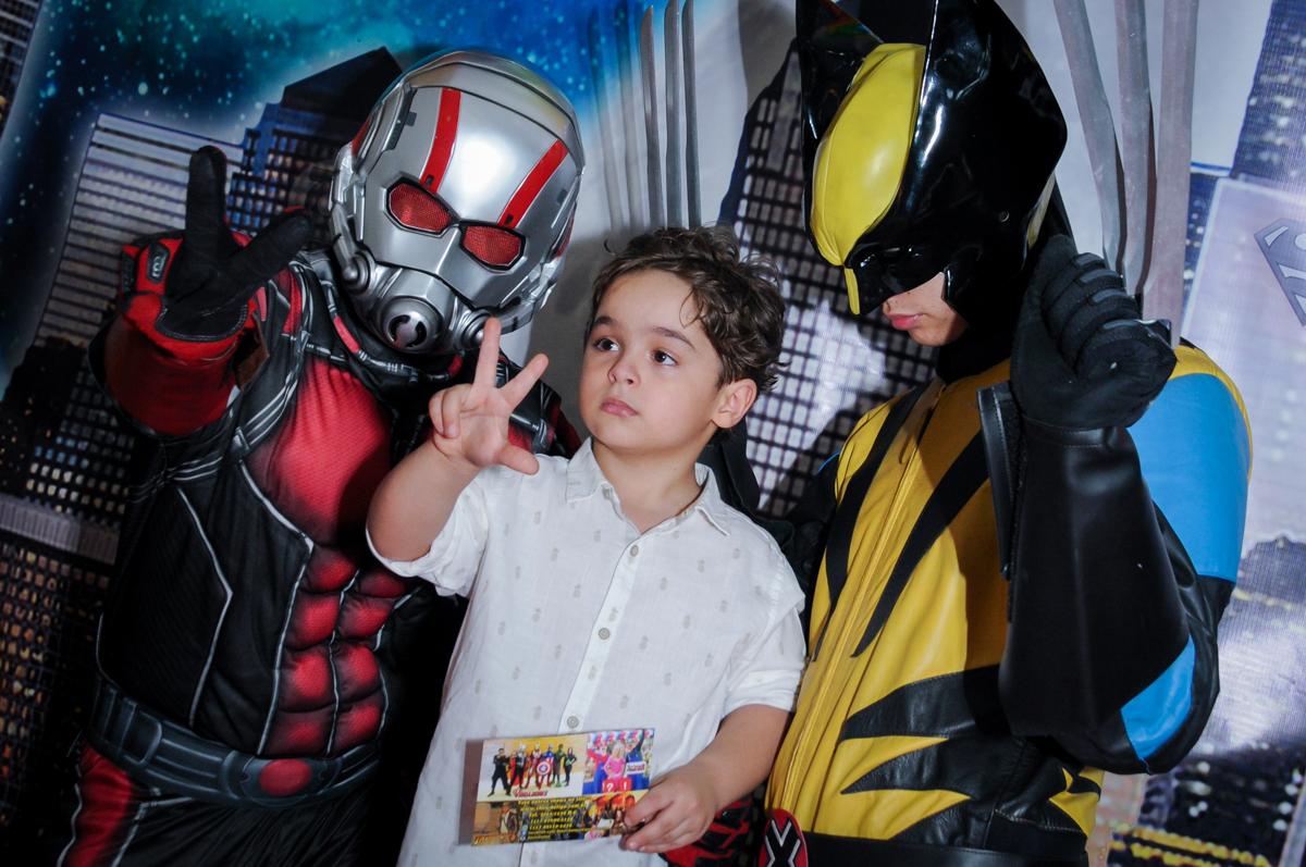 Enrico posa para a foto com os super heróis no Buffet Fábrica da Alegria Morumbi
