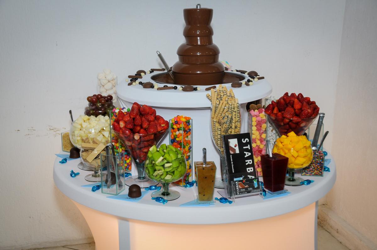 mesa de frutas com chocolate star bar no Buffet Fábrica da Alegria, Morumbi