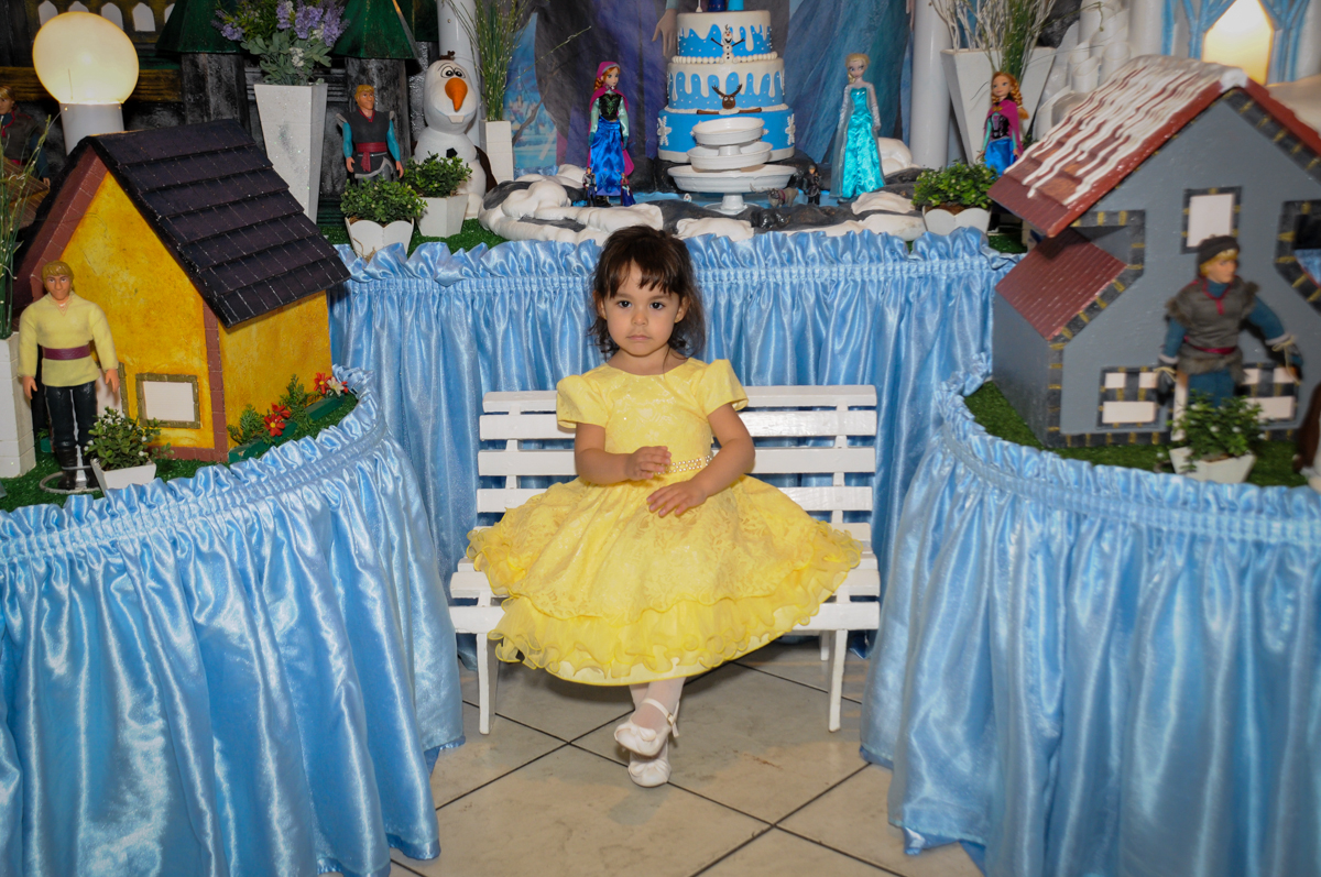 aniversariante sophia na frente da mesa decorada frozen no Buffet Fábrica da Alegria, Morumbi