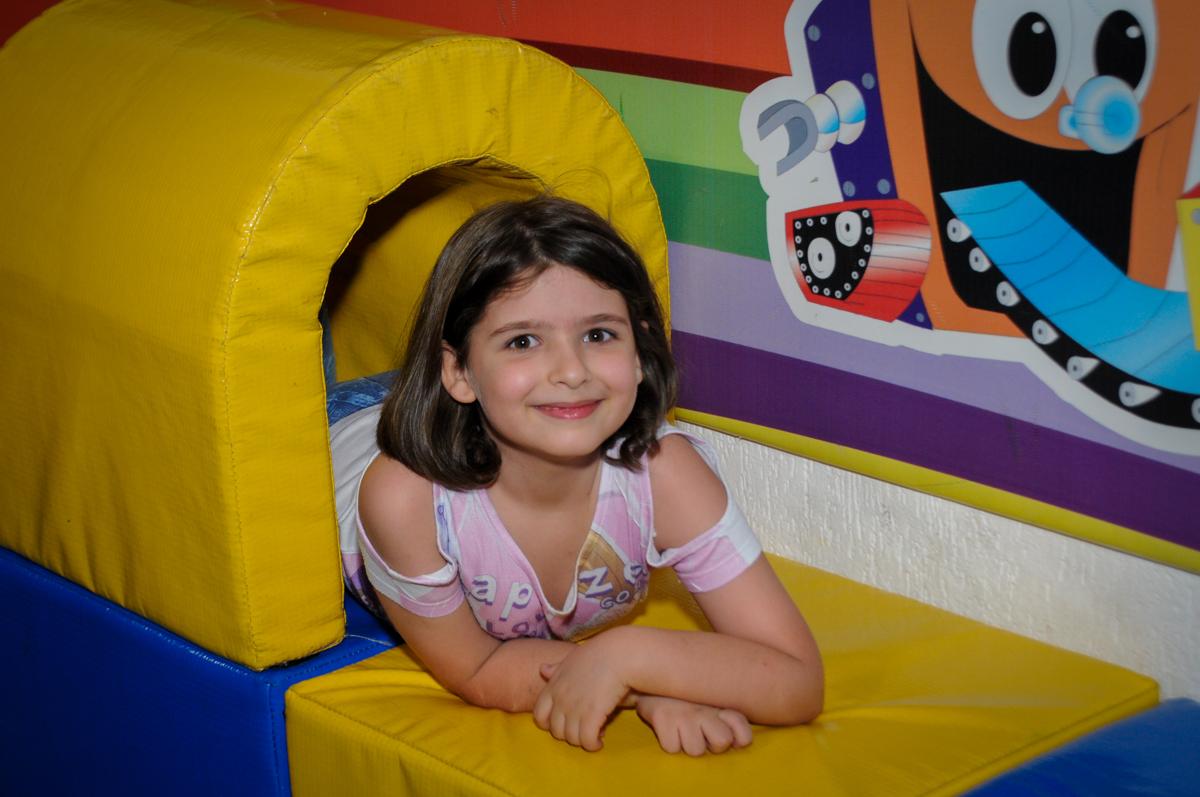 pose para foto na área baby no Buffet Fábrica da Alegria, Morumbi